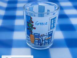 klein ouzo glaasje griekse tafel en stoeltjes