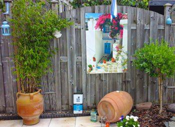 Griekse tuinposter met blauwe deur
