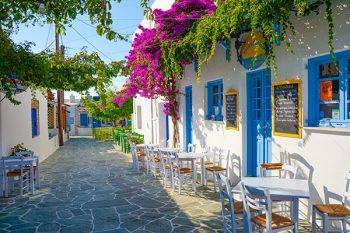 Tuinposter Grieks straatje taverna